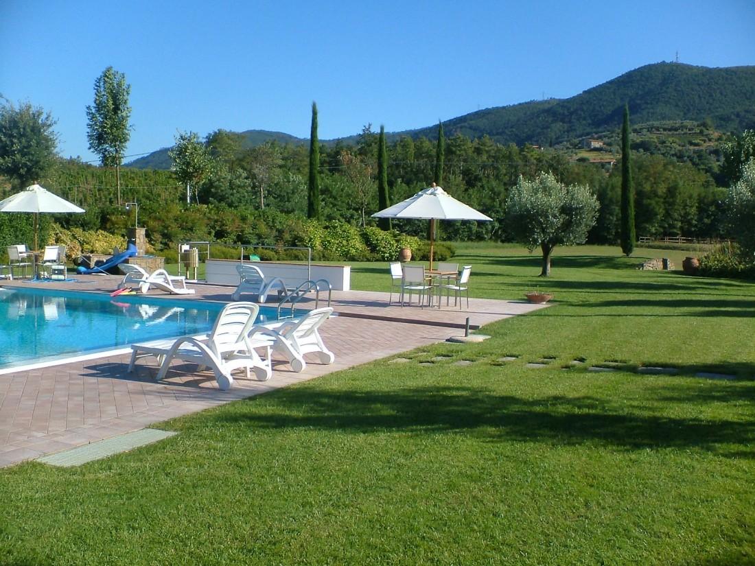 giardino con piscina a Siena 3