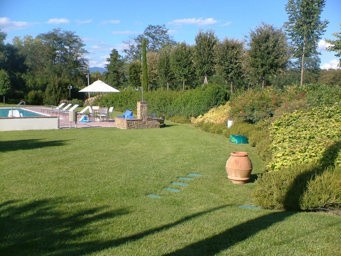 giardino con piscina a Siena 6