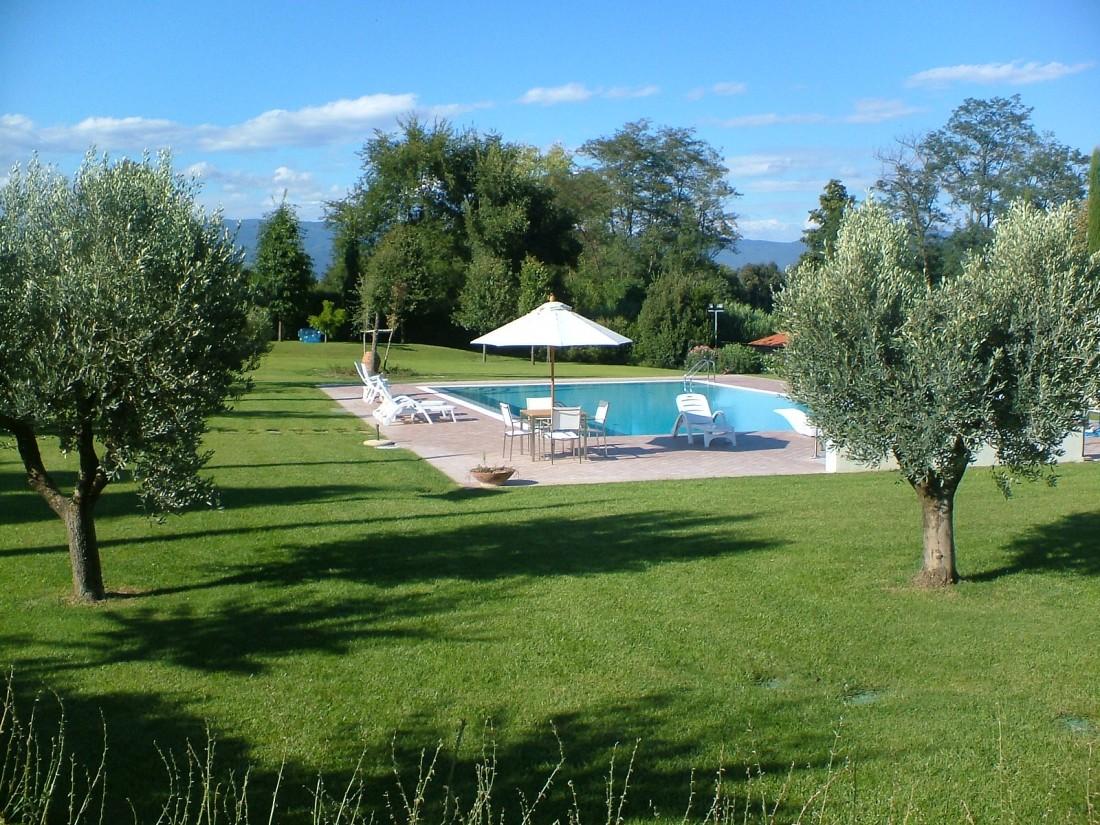 giardino con piscina a Siena 7
